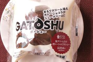 2種の北海道産生クリームとビターなガトーショコラをチョコパフに詰め、生チョコダイスをトッピングしたシュークリーム。