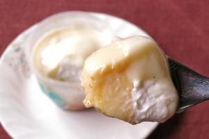 ソースの下からは純白のホイップとさらに黄色いカスタードプリン。