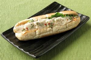 シーザーサラダをサンドした細長いロールパン。