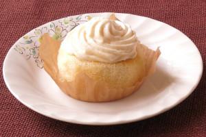 バタークリームでデコレーションされたふんわりスポンジ。