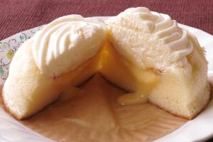 きめの細かいケーキの中から流れ出すのは黄色いミルクバターソース。