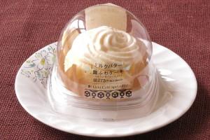 練乳とバターで仕立てたとろりとしたソースを北海道産発酵バター、生クリーム、牛乳入りの生地に閉じ込め、レアバタークリームをトッピングしたケーキ。