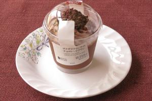のど越しよいチョコレートプリンに、チョコホイップ、チョコクランチ、チョコソースをトッピングしたカップスイーツ。