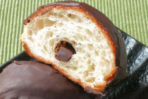クロワッサンの中に巻き込まれた棒状のチョコ。