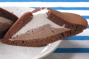 純白クリームの下にはチョコチップ入りチョコクリーム。