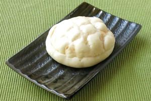 格子状の刻み目がつけられた、オーソドックススタイルのメロンパン。