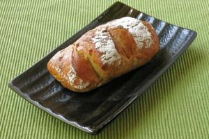 打ち粉をまとったぼてっとした形のパン。