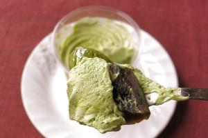 緑の抹茶ミルクゼリーの中には黒糖寒天とわらび餅。