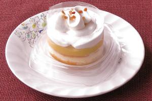 ホイップでデコレーションされたプチケーキといった姿。