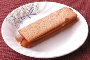 短冊形の焦げ茶色ビスケットでクリームをサンド。