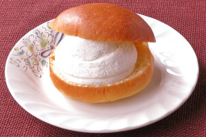 水平にスライスされたブリオッシュにてんこ盛りのクリーム。
