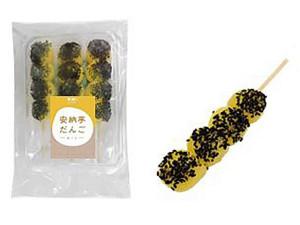 安納芋のペーストを生地に練り込み、黒ゴマをまぶした串団子。