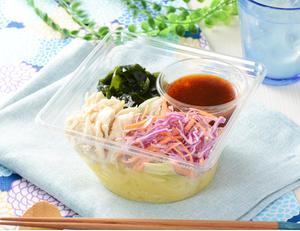 蒸し鶏とわかめのこんにゃく麺サラダ